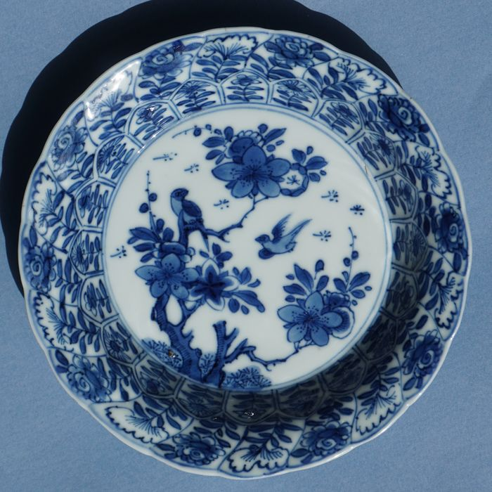 Chinese porcelain saucer (1) - Blue and white - Porcelain - flowers and birds - China - Kangxi (1662-1722)