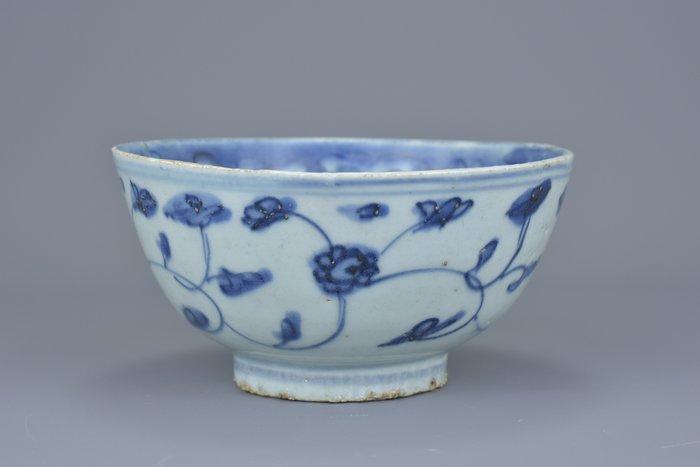 Bowl - Blue and white - Porcelain - Flowers - A BLUE AND WHITE JIAJING BOWL - China - Wanli (1573-1619)