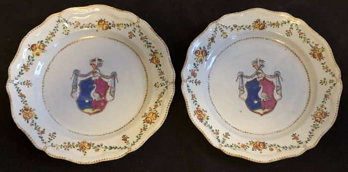 Plates (2) - Armorial porcelain, Chinese export, Famille rose - Porcelain - Pair of DInner Plates- Armorial porcelain - Porcelain - Swedish Market - China - 18th century - China - Qianlong (1736-1795)