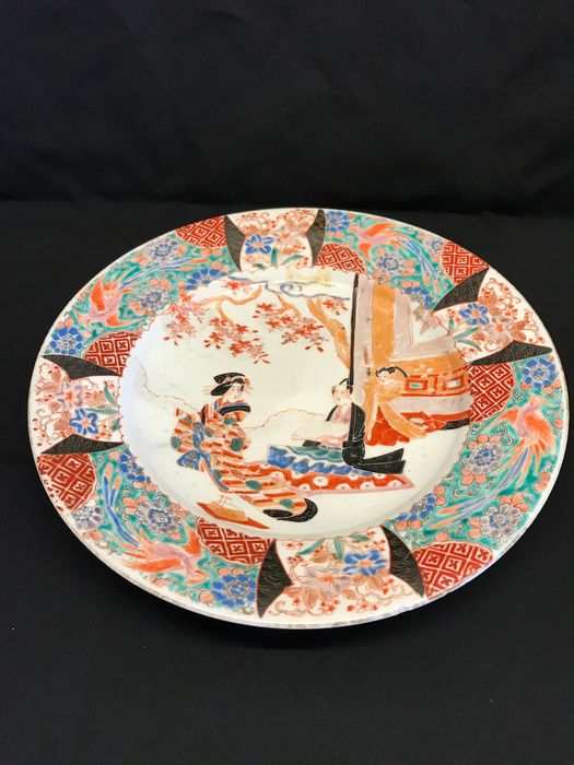 Plate - Porcelain - Japans bord - Man en vrouw - einde 19e eeuw. Gemerkt 'Hichozan Takeshige sei' 肥蝶山武茂製 - Japan - Late 19th century