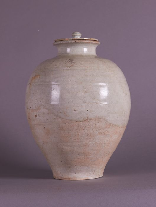 Jar - Earthenware, Pottery - A WHITE GLAZED POTTERY JAR AND COVER - China - Tang Dynasty (618-907)