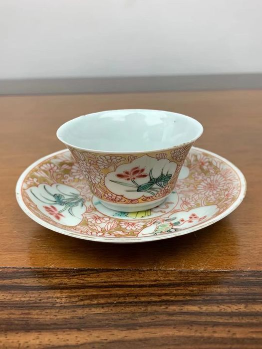 A cup, a saucer (2) - Famille rose - Porcelain - Woman, flower - Yongzheng-dynastie - China - 18th century