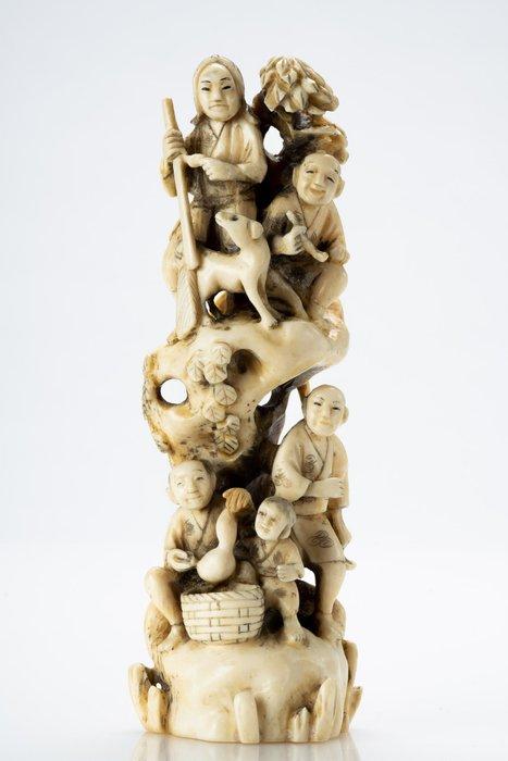 Okimono - Elephant ivory - NO RESERVE PRICE - Cinque contadini e una capretta - Firmato Mitsuaki - Japan - Meiji period (1868-1912)