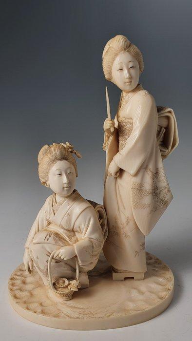 Okimono (1) - Elephant ivory - 2 geishas - Japan - Meiji period (1868-1912)