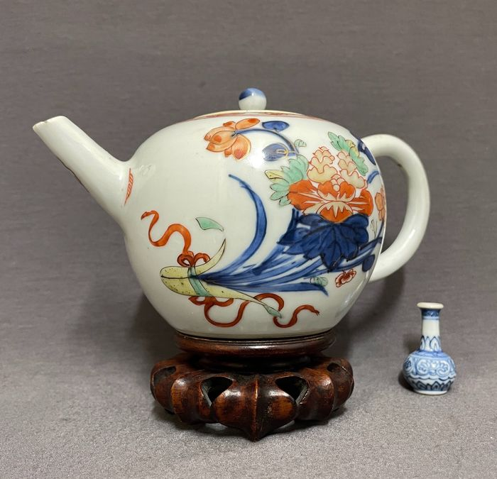 Teapot - Doucai - Porcelain - Chinese - Yellow glazed holder with peonies, lotus and chrysanthemum - China - Kangxi (1662-1722)