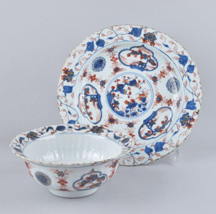 A LARGE CHINESE IMARI BOWL AND STAND (2) - Porcelain - China - Kangxi (1662-1722)
