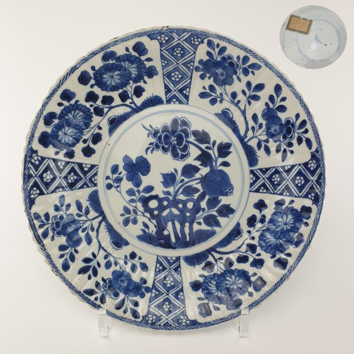 Plate (1) - Blue and white - Porcelain - Flowers, Pomegranate - Wonderful Large Chinese Floral Pomegranate Kangxi Plate, Marked with an Artemisia Leaf, Ø27,6 cm - China - Kangxi (1662-1722)