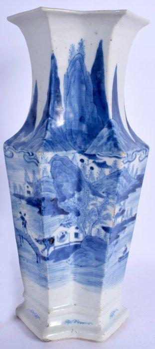 Vase - Blue and white - Porcelain - AN EARLY 19TH CENTURY CHINESE BLUE AND WHITE LOZENGE SHAPED VASE - China - Qing Dynasty (1644-1911)