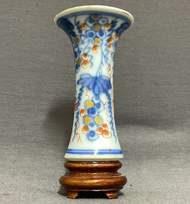 Vase - Porcelain - Chinese - Trumpet shaped vase - Grapevines on rocks red and gold - Mint condition - China - Kangxi (1662-1722)