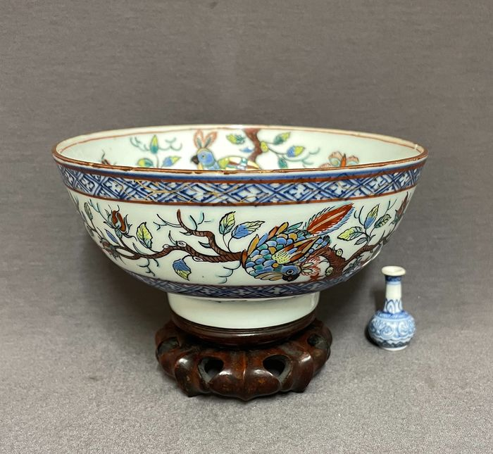 """Bowl - Porcelain - Chinese - """"Amsterdams Bont"""" - Parrots in a tree with rose buds and butterflies - High quality - China - Kangxi (1662-1722)"""