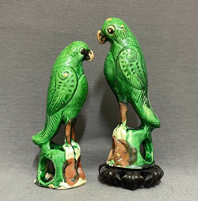 Sculptures (2) - Terracotta - Chinese - Joss stick holders - Parrots standing on a rock - China - 17th century