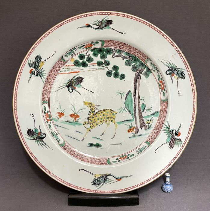 Dish - Famille verte - Porcelain - Chinese - Huge (d.38,4 cm!) - 'Deer and Crane' - China - Kangxi (1662-1722)