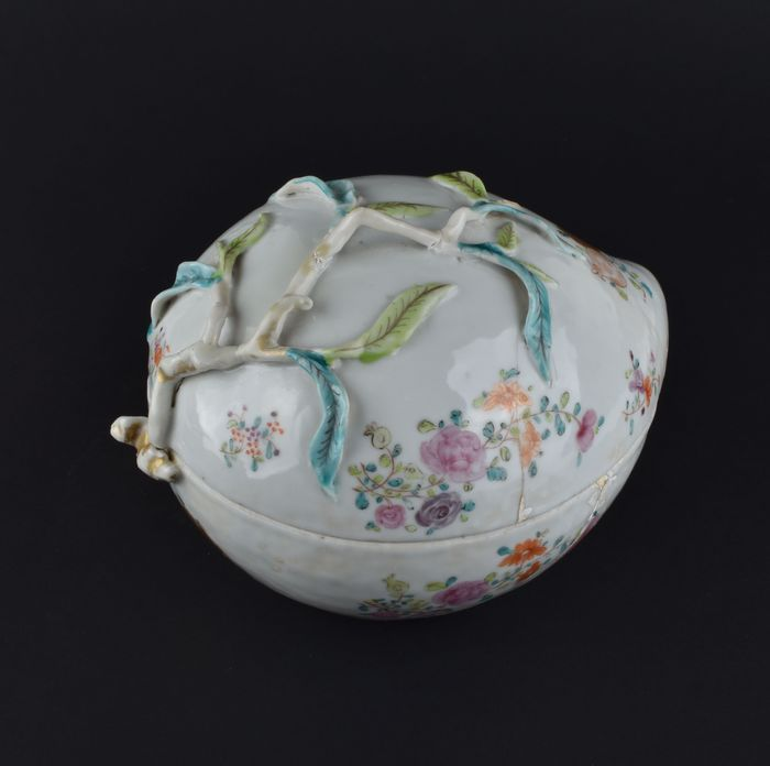 A CHINESE PEACH FORM TUREEN FOR THE PORTUGUESE MARKET - Porcelain - China - Qianlong (1736-1795)