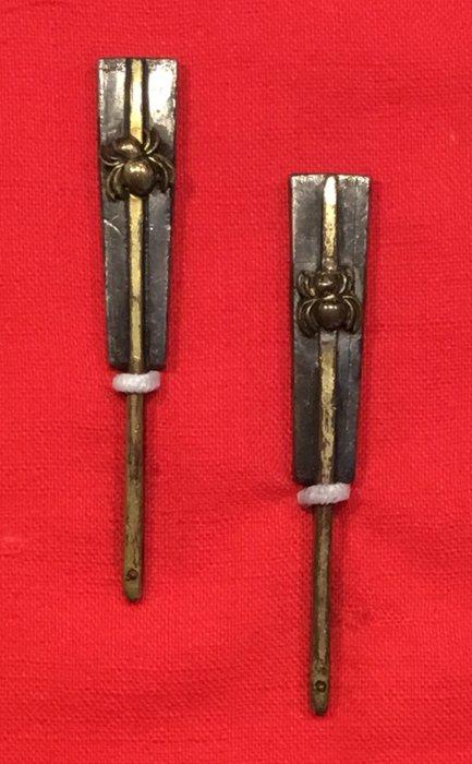 Menuki (2) - Copper, Silver, Wood - Twee menuki's met afbeeldingen van spinnetjes op een gunbai? & bijpassend houten opbergdoosje - Japan - Late Edo period