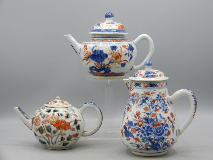 Two teapots and a milk jug - Imari - Porcelain - China - Kangxi (1662-1722)