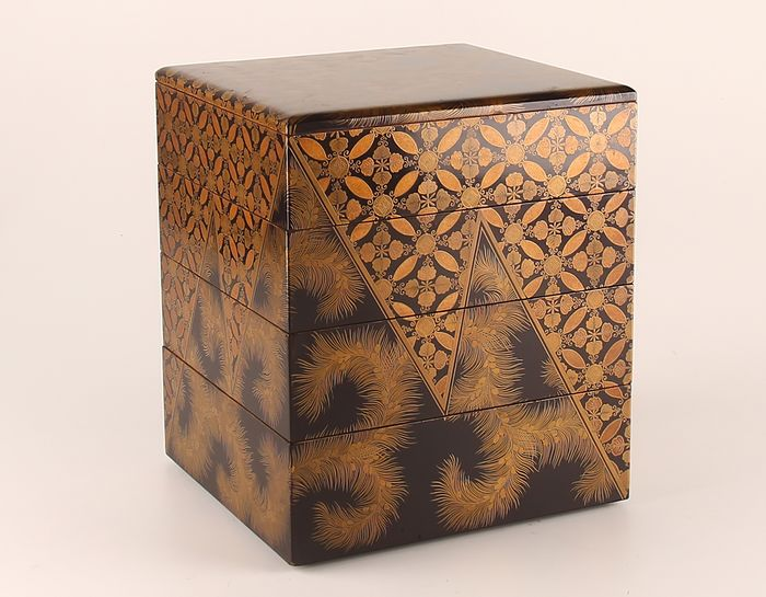 Jubako (1) - Gold, Lacquer, Wood - Very fine jubako tiered box with feather, floral and geometric design - Japan - 19th century