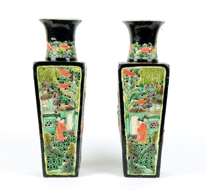 A pair of recticulated Chinese relief decor mirror square vases (2) - Famille noire - Porcelain - Courtyard scenes - NO RESERVE PRICE - China - Guangxu (1875-1908)