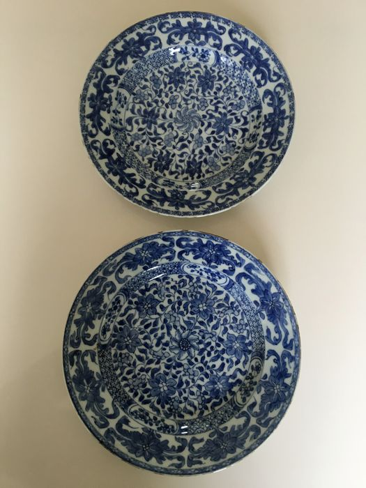 A pair of Chinese Kangxi porcelain plates in good condition. (2) - Porcelain - China - Kangxi (1662-1722)
