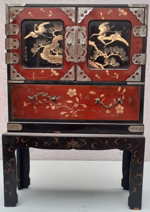 Cabinet, Japan (2) - Gilt lacquered wood - Jewelry cabinet - Gesigneerd - Japan - Meiji period (1868-1912)