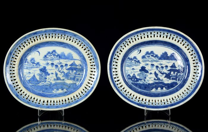 A pair of big size reticulated oval platters - Chargers (2) - Blue and white - Porcelain - NO RESERVE PRICE - Pagoda and willow tree pattern. River, boats, islands. - China - Jiaqing (1796-1820)