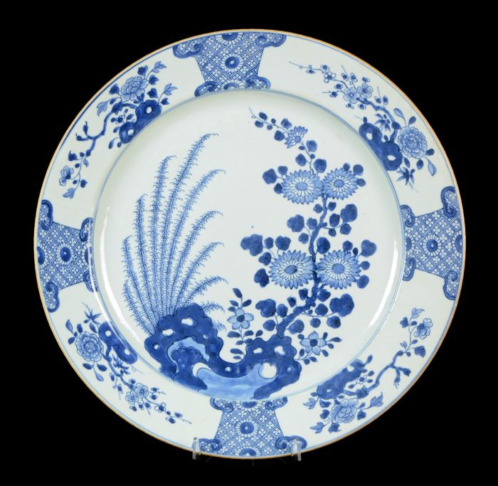 A very large (41 cm) Chinese charger - Blue and white - Porcelain - Plants, flowers, rock - NO RESERVE PRICE - China - Yongzheng (1723-1735)