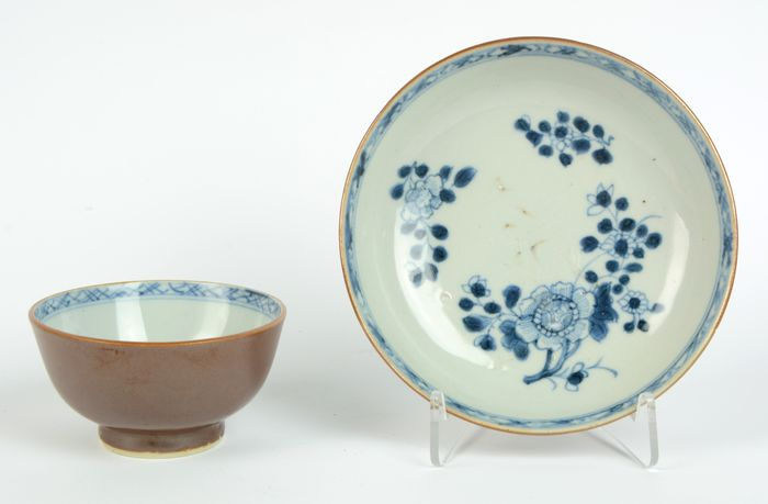 """Chinese tea-bowl and saucer (2) - Blue and white, Cafe au lait - Porcelain - Batavian """"Peonia"""" pattern - China - Qianlong (1736-1795)"""