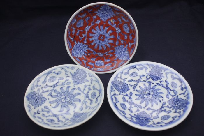 Plates (3) - Blue and white, Copper red - Porcelain - Lot of 3pcs - China - Qing Dynasty (1644-1911)
