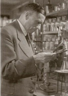 Carl_Krauch_in_einem_Labor_bei_Bayer_1942