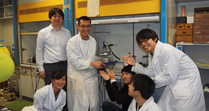 ご当選された鈴木孝洋先生(左奥)と研究室の皆様)