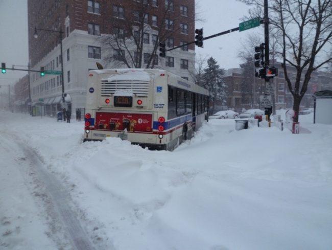 冬のシカゴ。バスも立ち往生。