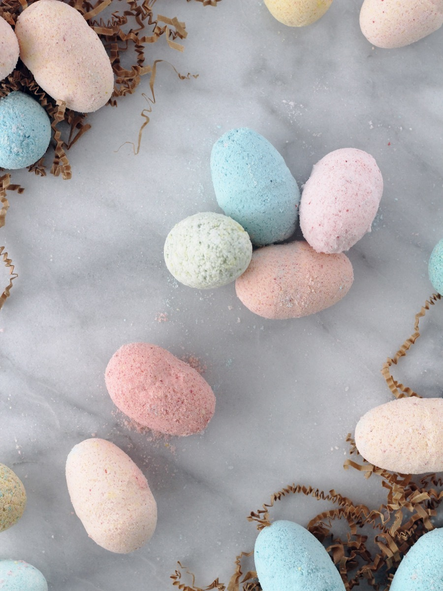 How to make homemade bath bombs using plastic eggs as molds