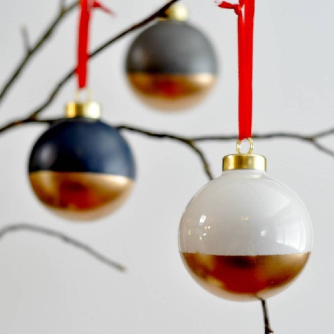 Do it yourself Christmas ornaments | Gold-dipped ornaments