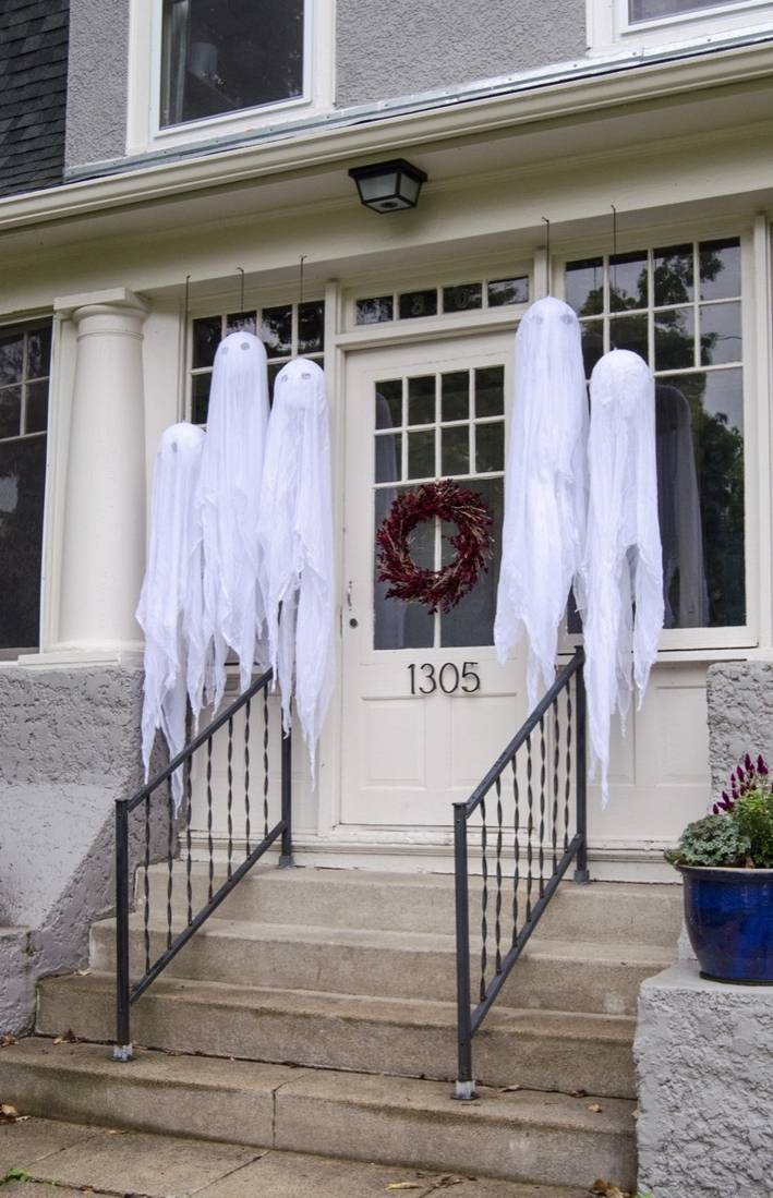 Spooky Halloween decor for outdoors