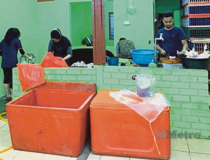 PEKERJA Heezrad Ayam menyiapkan tempahan pelanggan.
