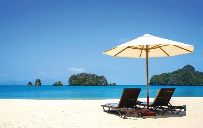 KEINDAHAN pantai di Pulau Langkawi menggamit pelancong.