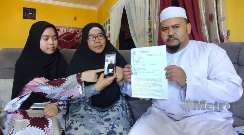 FADILAH (tengah) bersama ahli keluarga menunjukkan salinan laporan polis dan gambar arwah Ahmad Faiq yang meninggal selepas koma 32 hari akibat kemalangan langgar lari di Kampung Amir, Besut. FOTO NURUL FATIHAH SULAINI