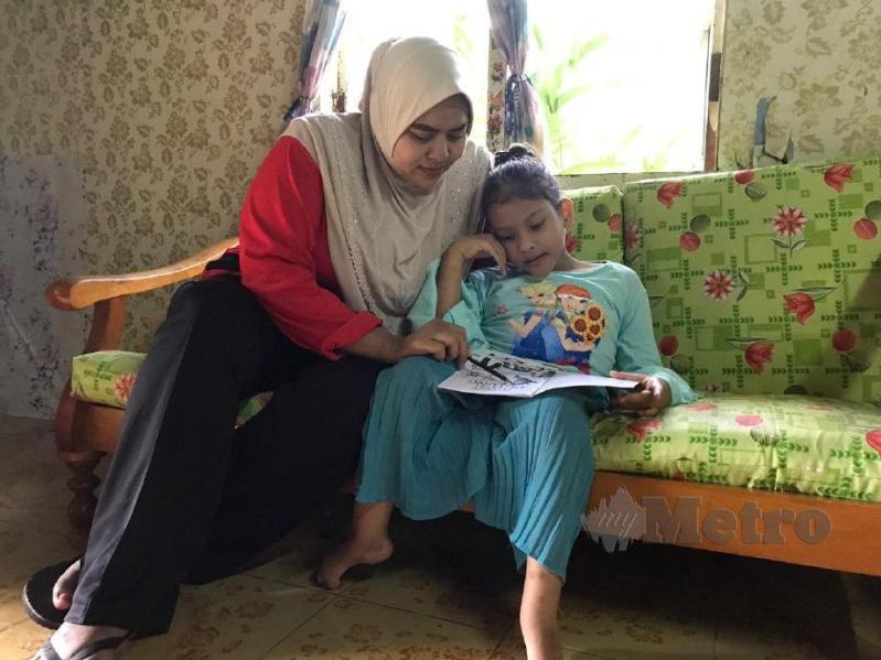 SITI Fauziah (kiri) bersama Nur Syaza Az Zahra Syukri (kanan) yang menghidap penyakit spina bifida atau tulang belakang bengkok sejak lahir. FOTO Hazira Ahmad Zaidi