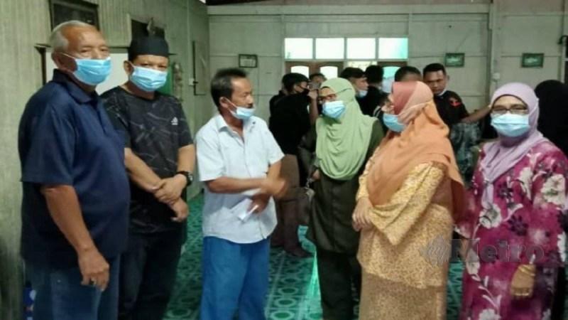 Ismail (tiga kiri) menceritakan kejadian menimpa Allahyarham Siti Nur Surya kepada Sharifah Napsiah (dua kanan) dan Abdul Hamid (kiri) di rumahnya di Kampung Beladau Kepong, Kuala Terengganu. Foto Zaid Salim