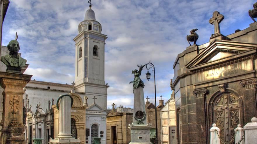 La tumba de Estrada se encuentra en el cementerio de Recoleta, en la Ciudad de Buenos Aires