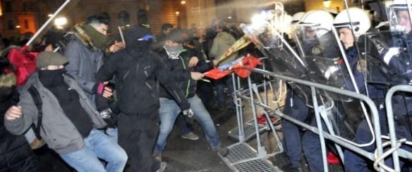 Linksextremisten liefern sich bei den Protesten gegen den Wiener Akademikerball Auseinandersetzungen mit der Polizei Foto: picture alliance/AP Photo