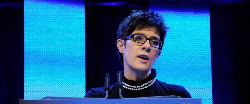 Ministerpräsidentin Annegret Kramp-Karrenbauer (CDU) will das Saarland zum ersten zweisprachigen Bundesland machen Foto: picture alliance/BeckerBredel