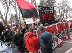 """Rund zweihundert ukrainische Linksextremisten marschieren vor die Oblast-Regionalverwaltung: """"Bekenntnis zur Nation"""" Foto: Billy Six"""