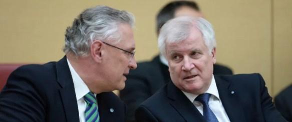 Der bayerische Innenminister Joachim Herrmann und Ministerpräsident Horst Seehofer (beide CSU) im bayerischen Landtag Foto: picture alliance / dpa