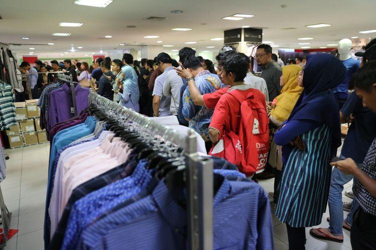 Pengunjung saat mengantre untuk membeli pakaian diskon di Lotus Department Store, Djakarta Theater XXI, Jakarta, Rabu (25/10/2017). Menurut informasi yang diterima dari karyawan, gerai Lotus di seluruh Indonesia akan ditutup pada 31 Oktober 2017.