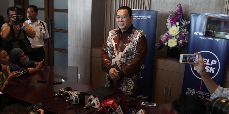 Putra mantan Presiden ke-2 RI Soeharto, Hutomo Mandala Putra atau lebih dikenal Tommy Soeharto, menjawab pertanyaan wartawan di Kanwil Wajib Pajak Besar Gedung Sudirman, Jakarta, Kamis (15/9/2016). Tommy melaporkan hartanya dalam rangka mengikuti program pengampunan pajak atau Tax Amnesty.