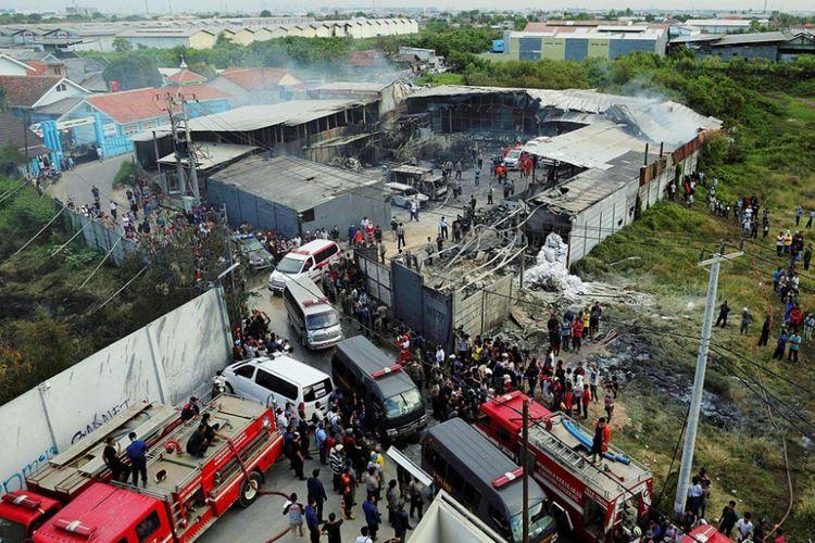 Korban meninggal akibat ledakan mercon dibawa ambulan di Jalan SMPN, Kosambi, Tangerang, Kamis (26/10/2017).
