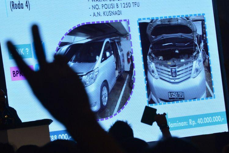 Peserta melakukan penawaran ketika mengikuti lelang barang hasil rampasan KPK terkait tindak pidana korupsi yang dilaksanakan Kantor Pelayanan Kekayaan Negara dan Lelang (KPKNL) di Jakarta Convention Centre, Jakarta, Jumat (22/9/2017). Lelang 19 mobil hasil tindak pidana korupsi tersebut diikuti ratusan peserta.