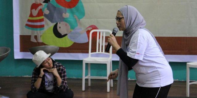 Dua karyawan Danone saat berdongeng di Festival Dongeng Internasional Indonesia, Aceh, Sabtu (11/11/2017).