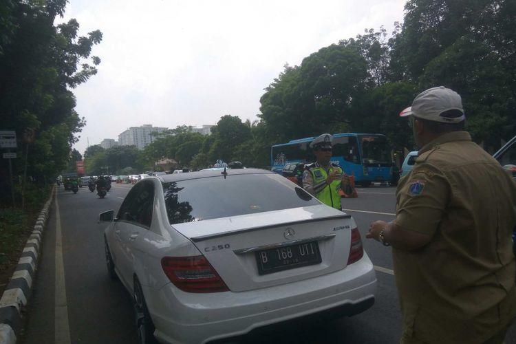 Mobil mewah dirazia di Jalan TMP Kalibata, Jakarta Selatan, Selasa (3/10/2017).