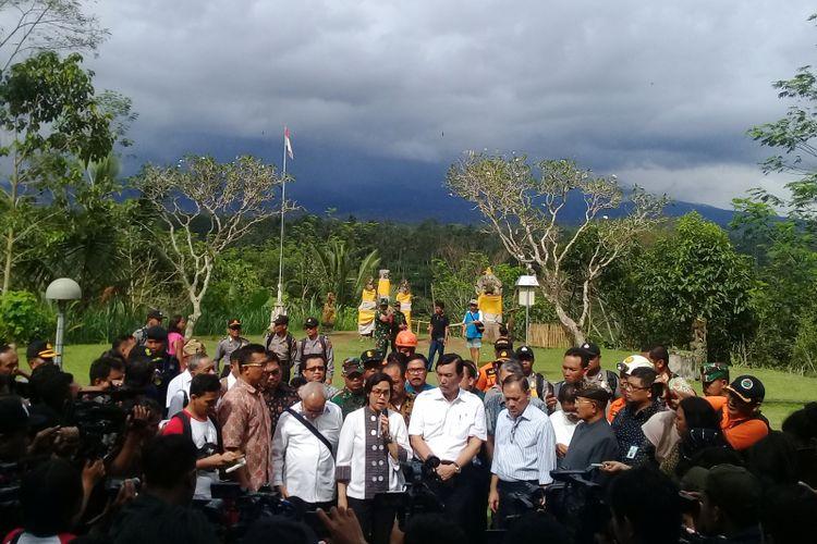Menko Maritim Luhut Binsar Pandjaitan bersama Menkeu Sri Mulyani dan Gubernur BI Agus Martowardojo saat mengunjungi pos pemantauan Gunubg Agung di Rendang, Karangasem, Bali pada Jumat (22/12/2017).